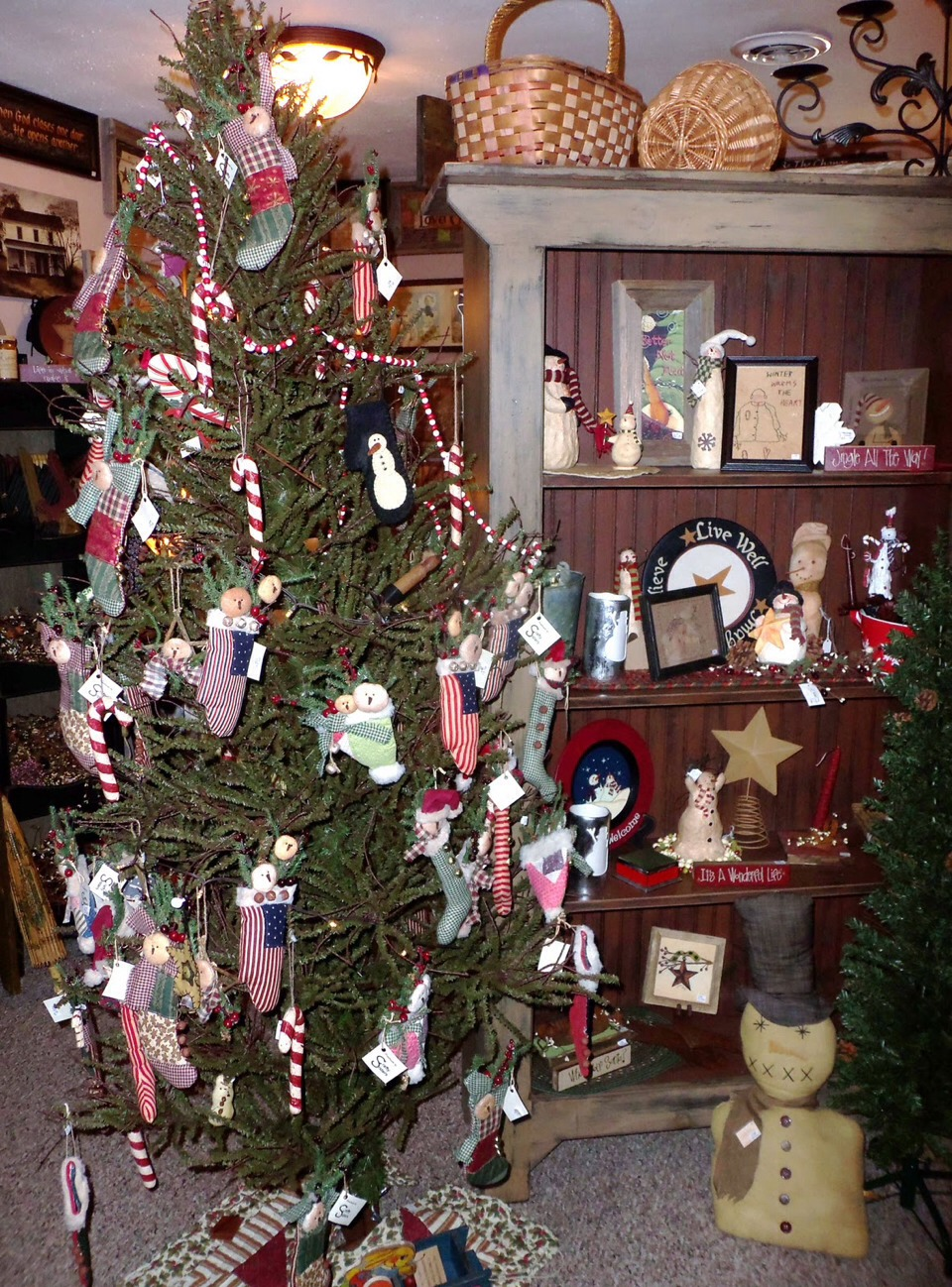 A Very Cute Primitive Way To Decorate Your Christmas Tree