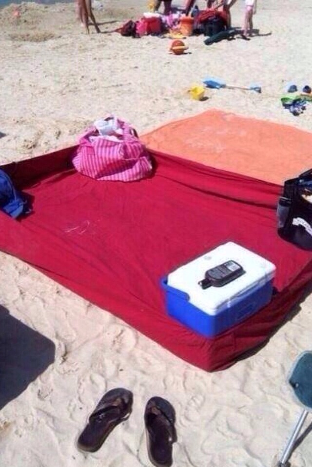🌞A Great Way To Keep The Sand Away At The Beach! A Fitted Sheet! Please 👍Like, 💾Save, & 💕Share!