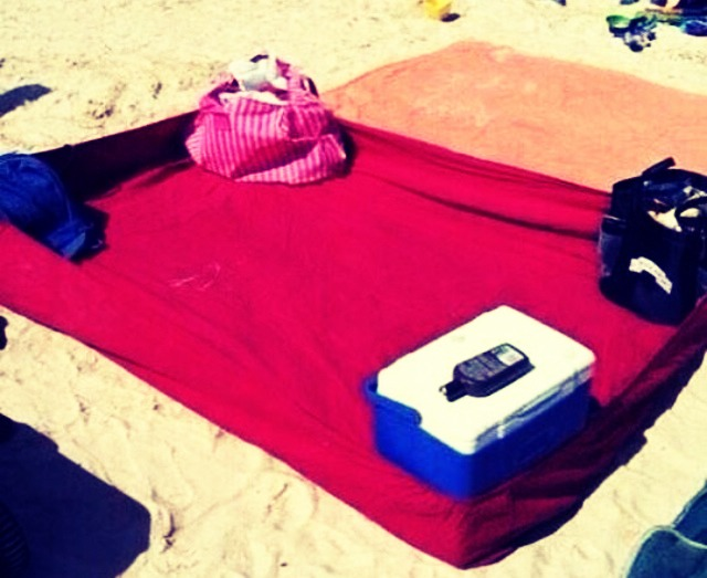 How To Keep Sand Off Your Blanket While At The Beach ☀️☀️