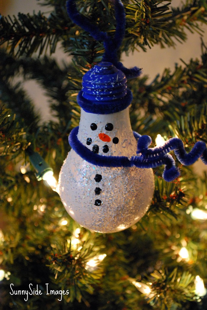 Make homemade ornaments using light bulbs paint and for Clear christmas bulbs for crafting