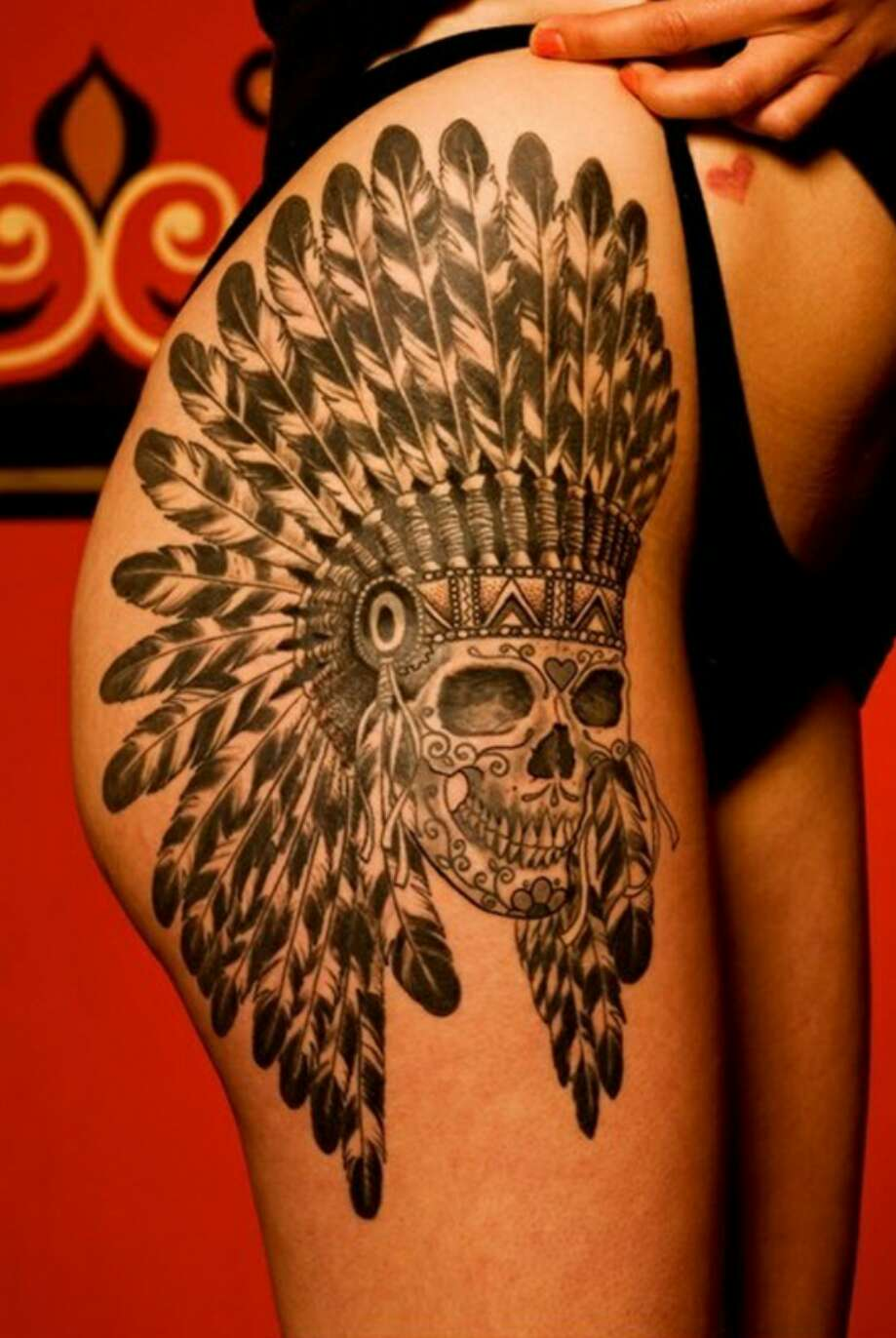 Тату лев с индейскими перьями