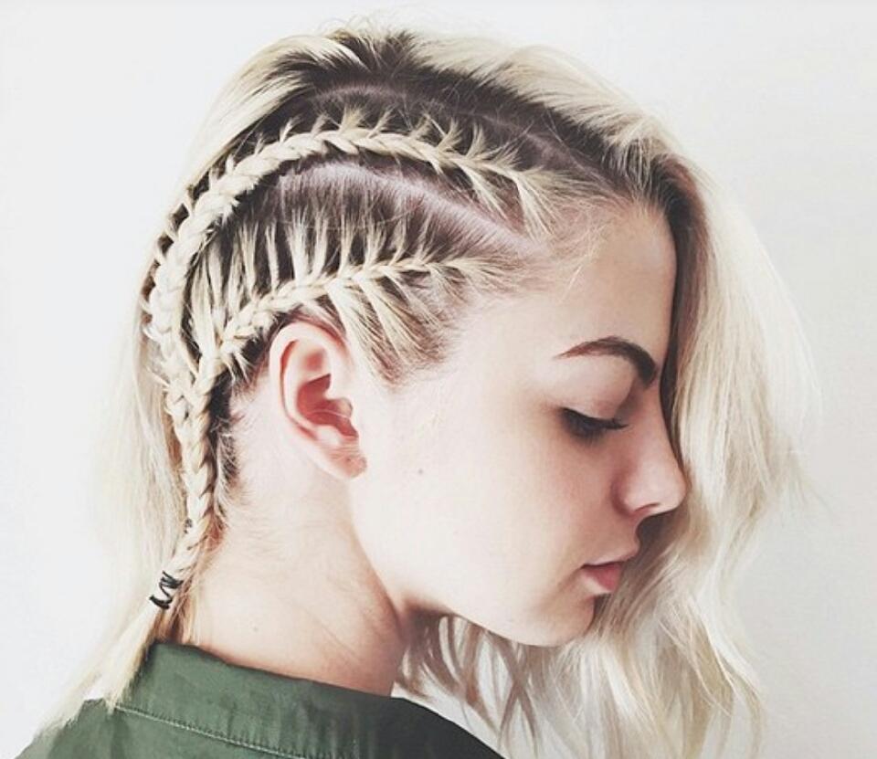 Причёска с косой на короткие волосы фото