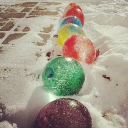 Easy cool christmas decoration trusper for Water balloon christmas decorations