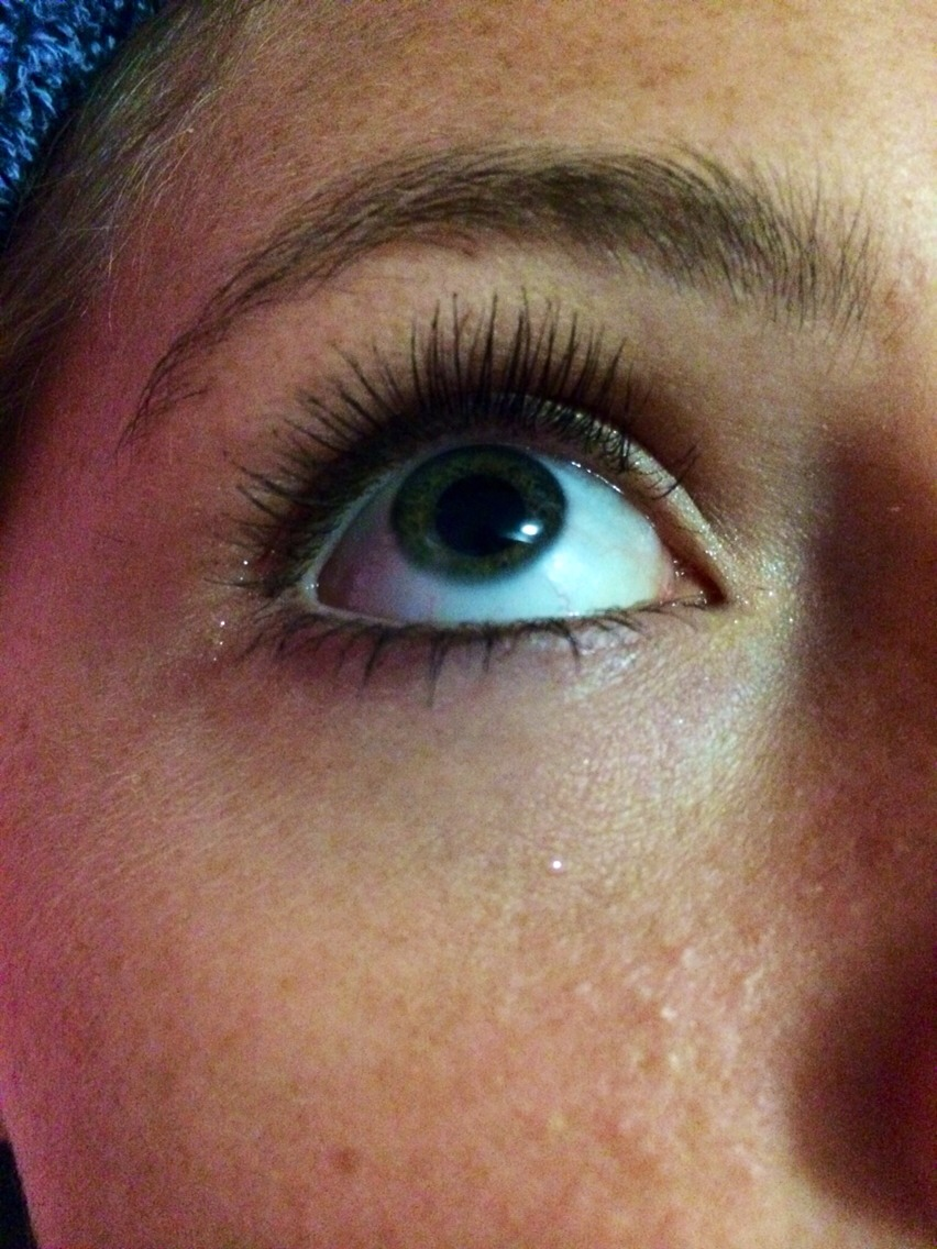 How To Easily Get Rid Of Mascara Clumps Without Applying ...