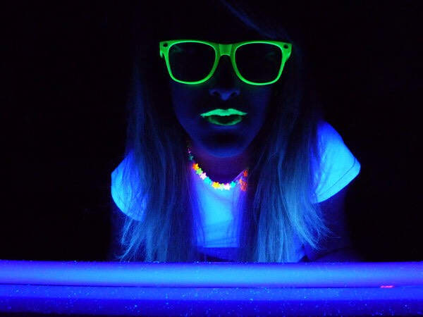 Make an iphone blacklight! 📱